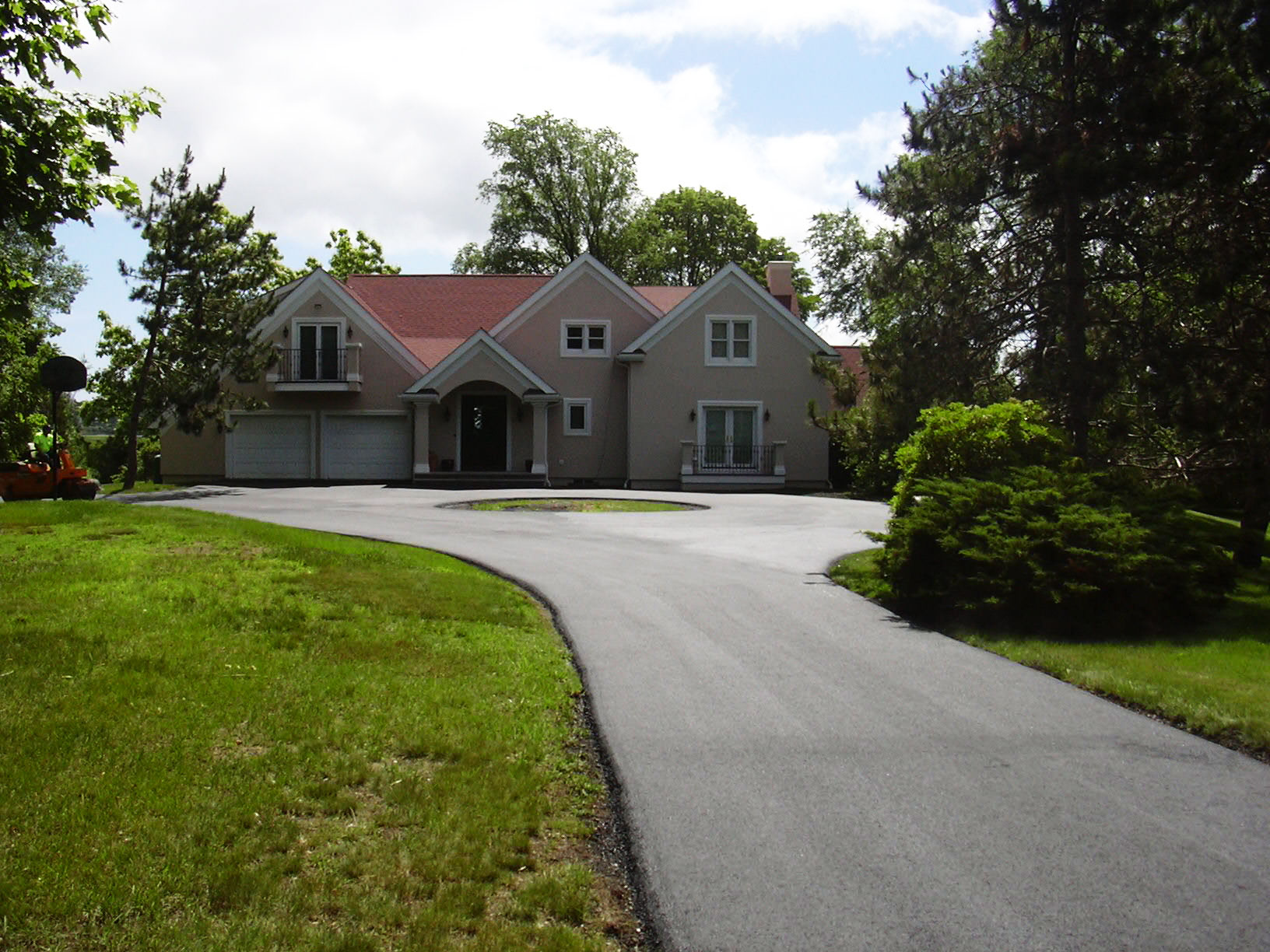 The front view of the same house and repaved driveway in Salem N.H.